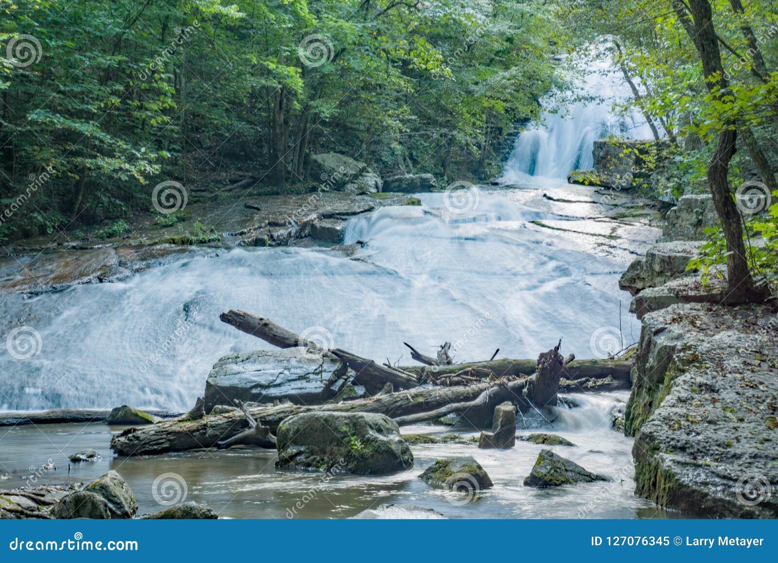 Vue basse d hurler les cascades courues dans Jefferson Nation Forest, la Virginie, Etats-Unis -2