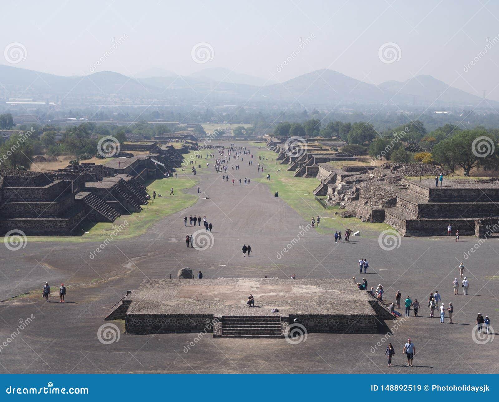 Vue c?l?bre ? l avenue des morts avec des pyramides aux ruines de Teotihuacan pr?s du paysage de Mexico