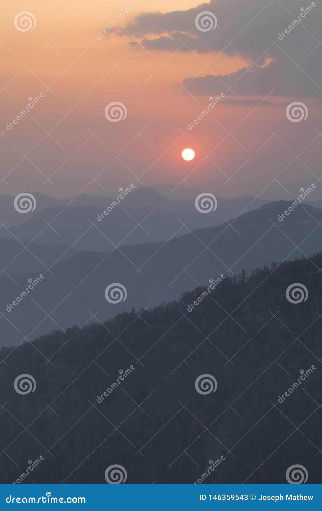 Vue colorée de coucher du soleil de point de vue de tophill de Bandipur