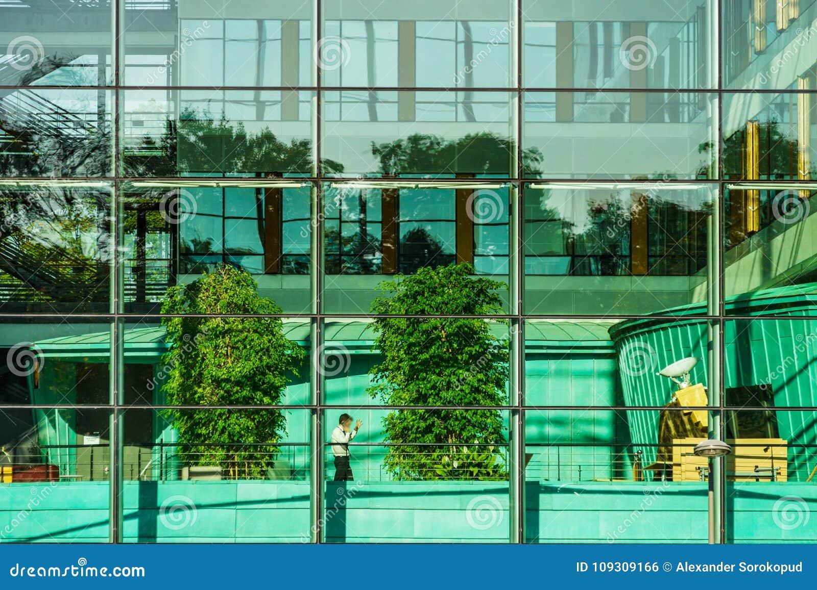 Mur De Verre vue confortable d'immeuble de bureaux par le mur de verre photo