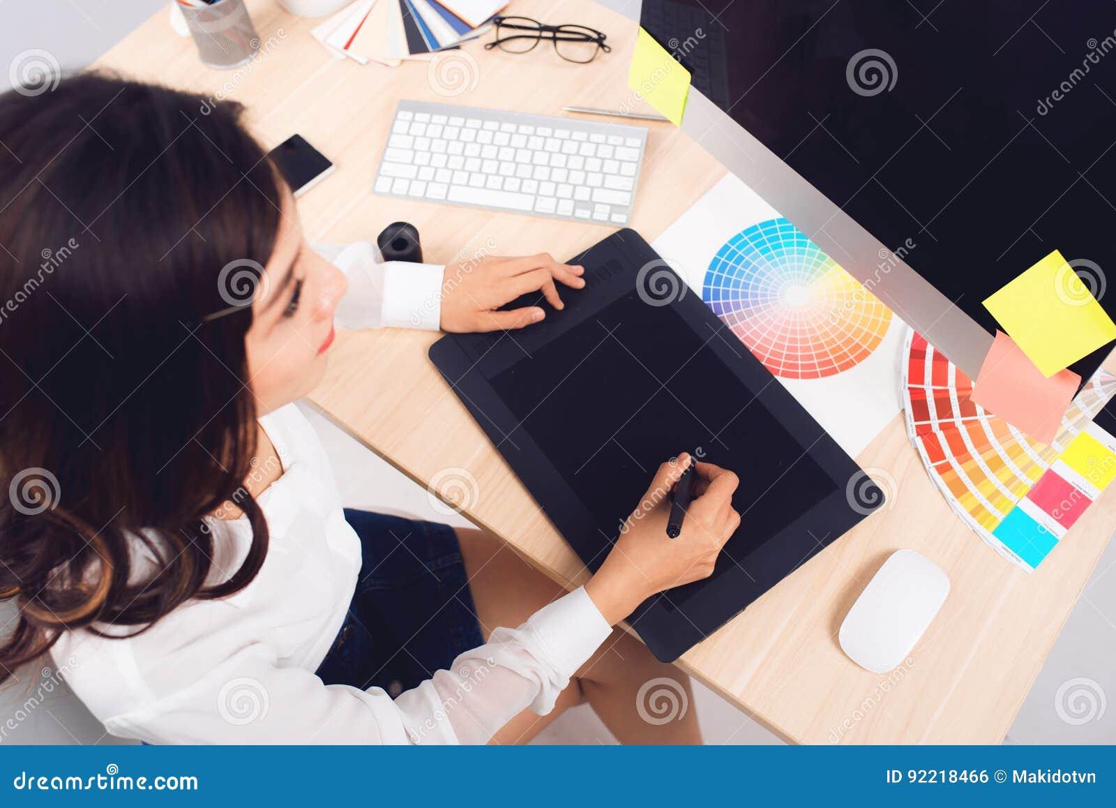Vue courbe d un photographe éditeur fonctionnant au bureau dans créatif de