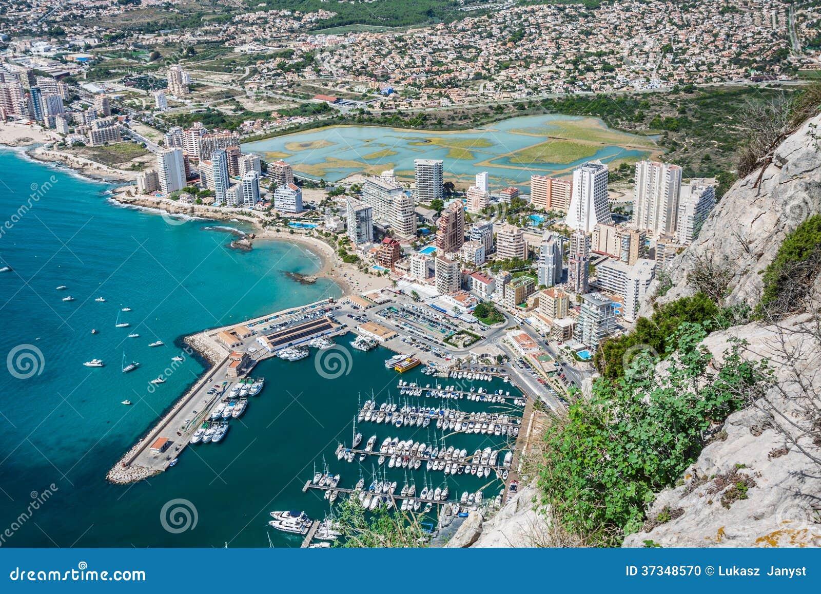 Vue courbe de la marina dans Calpe, Alicante, Espagne