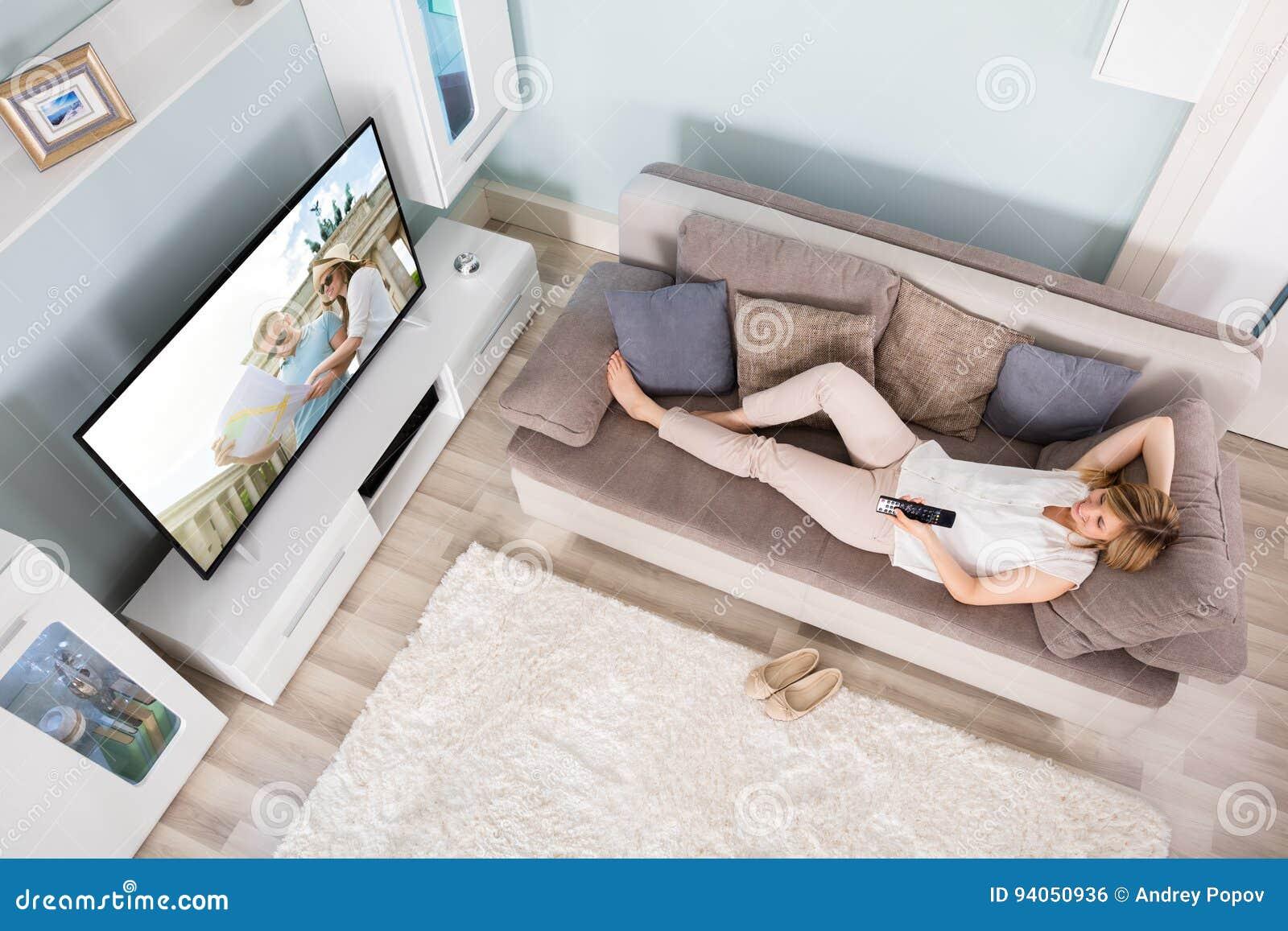 Vue courbe de télévision de observation de femme
