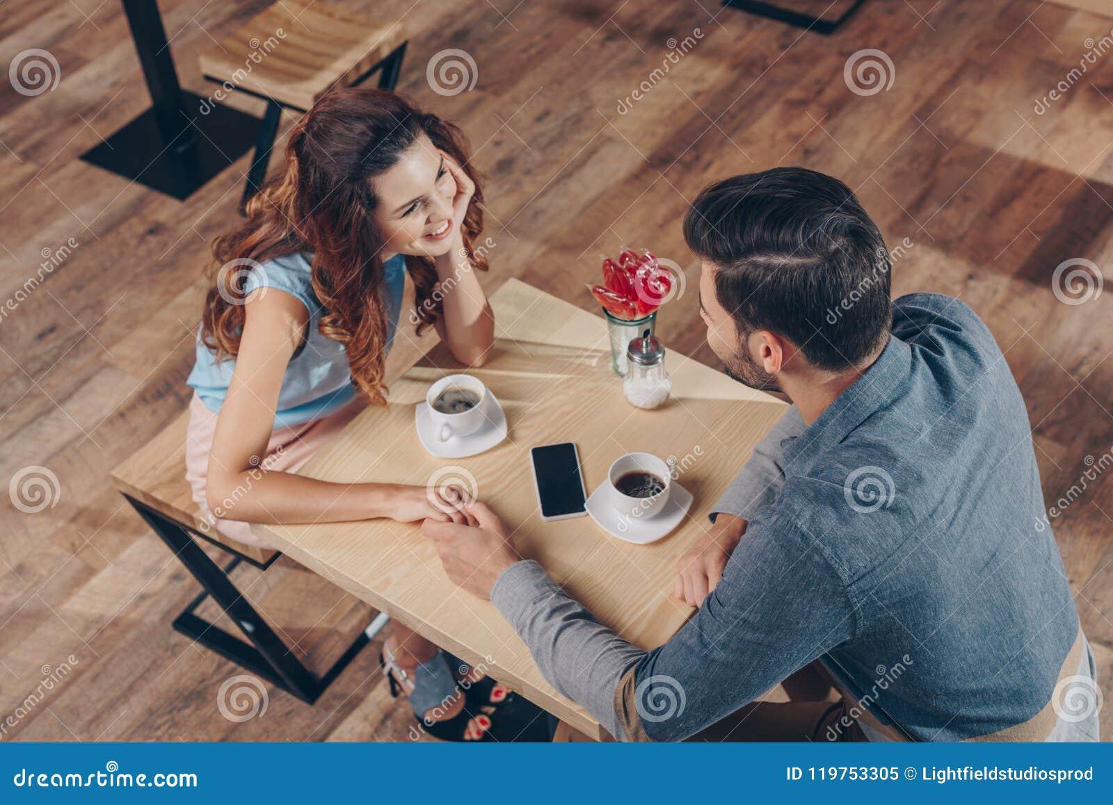 Vue courbe des couples tenant des mains tout en ayant la date