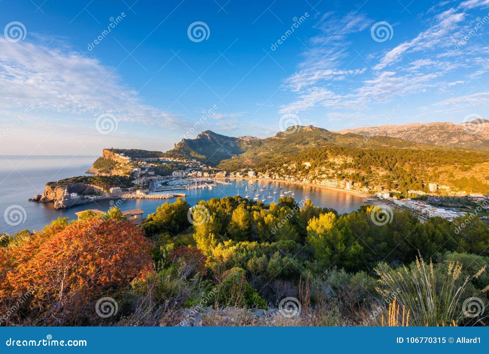 Vue courbe sur Port de Soller Majorque au coucher du soleil