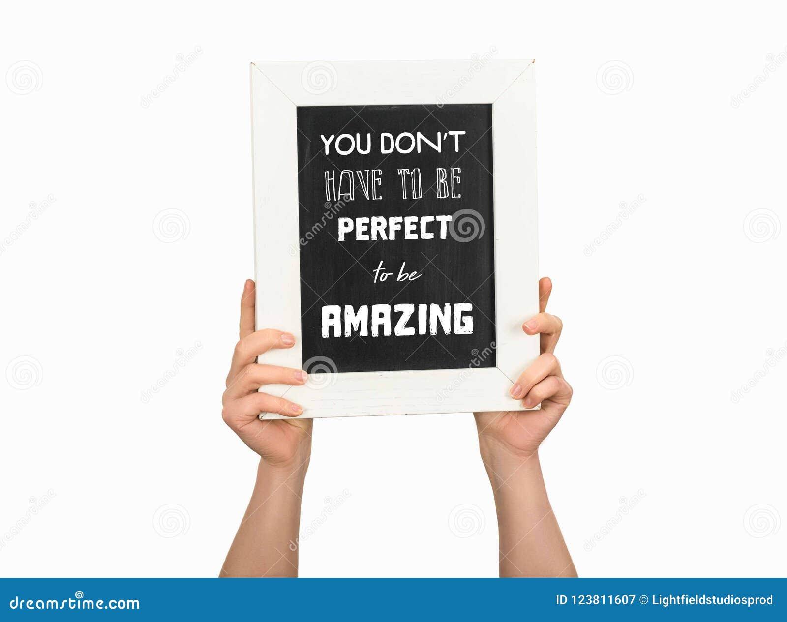 Vue cultivée de femme tenant le tableau avec l inscription vous ne devez pas être parfait pour être étonnant