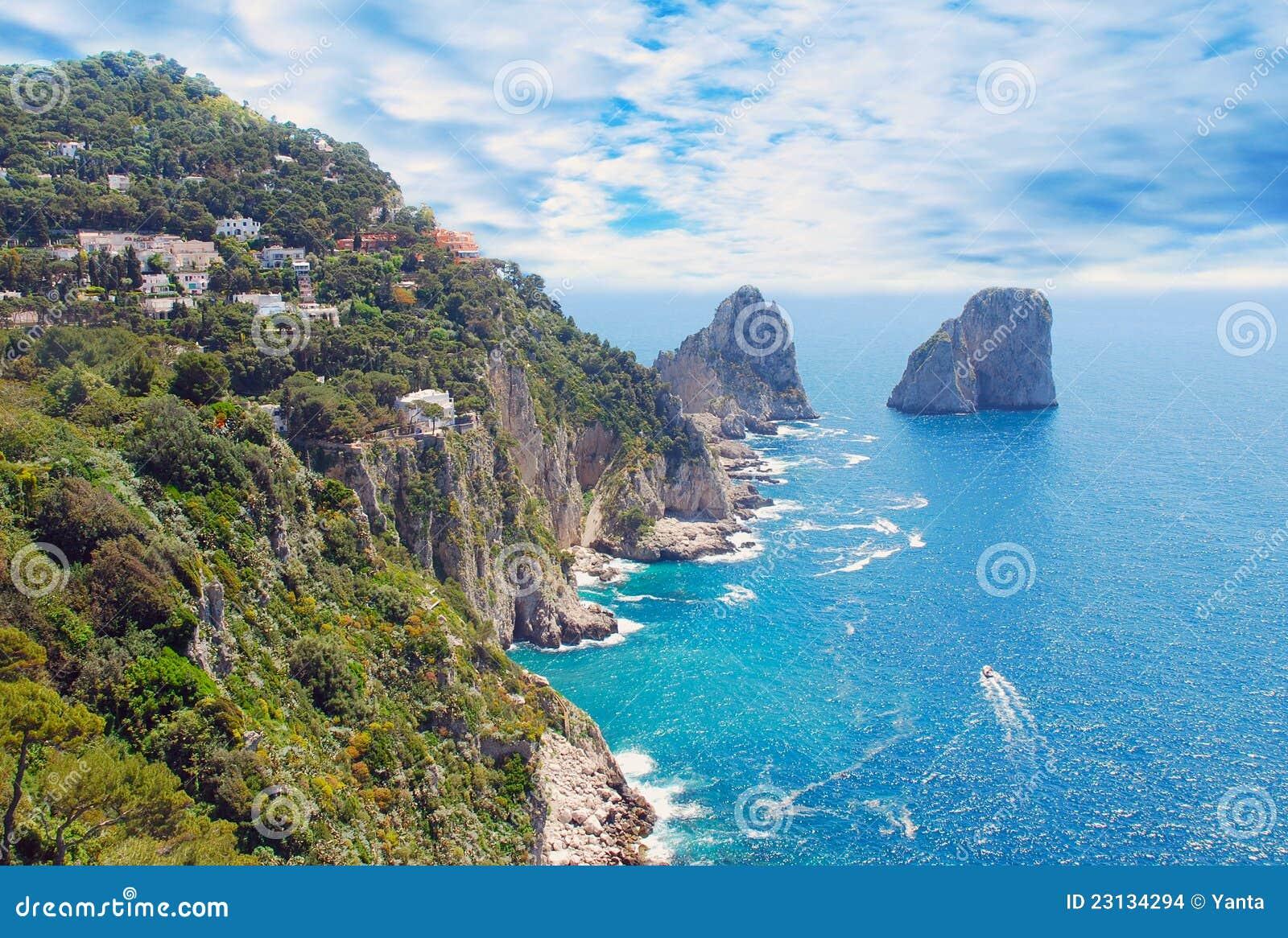 Vue d île de Capri et de ciel nuageux