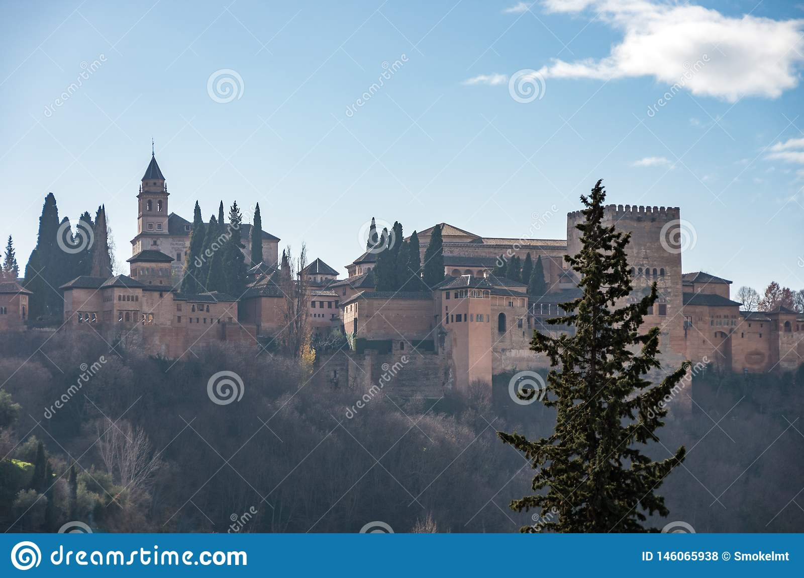 Vue D Alhambra Palace Grenade Espagne Avec Des Montagnes De Sierra Nevada Dans La Neige Au Fond Grenade Photo Stock Image Du Espagne Alhambra 146065938