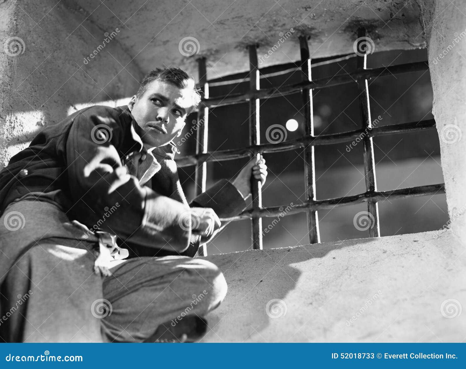 Vue d angle faible d un jeune homme essayant de s échapper d une cellule de prison (toutes les personnes représentées ne sont pas