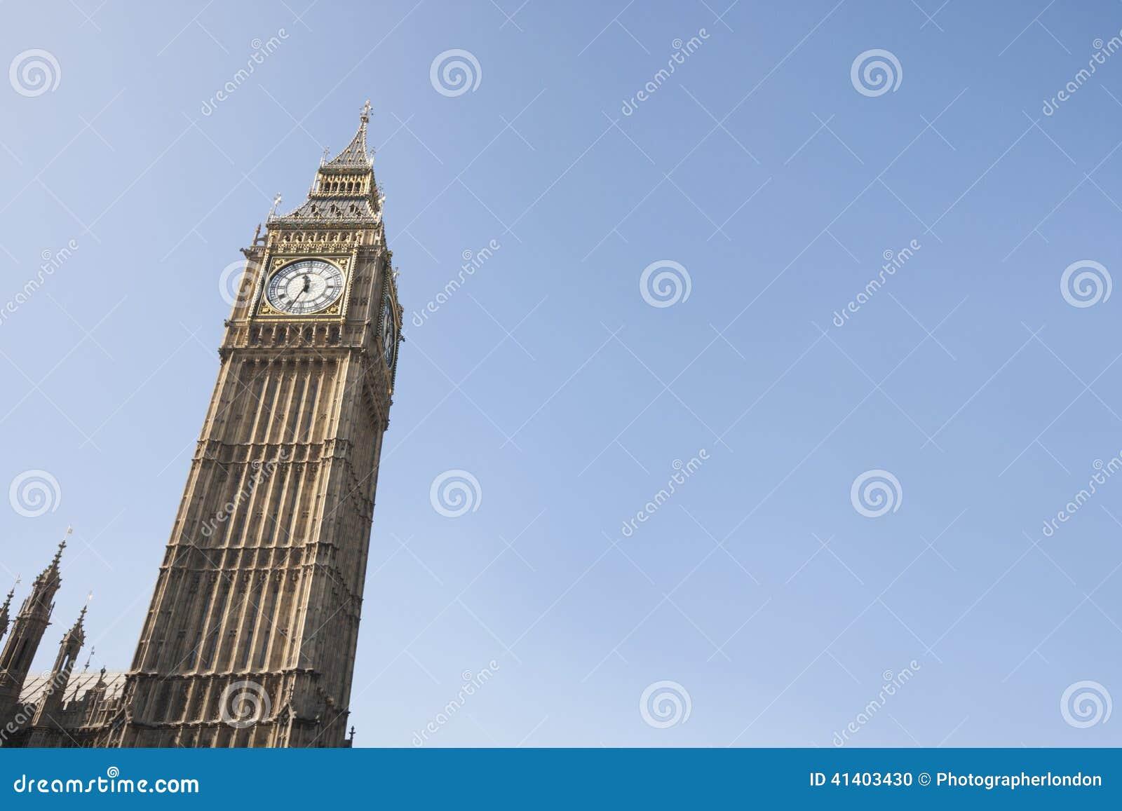 Vue d angle faible de Big Ben contre le ciel clair à Londres, Angleterre, R-U