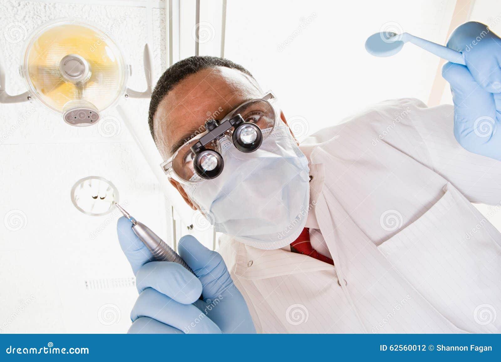 Vue d angle faible de dentiste et d infirmière dentaire
