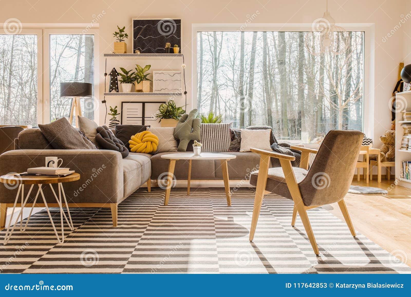 Vue d angle faible des WI intérieurs de salon scandinave et ensoleillé