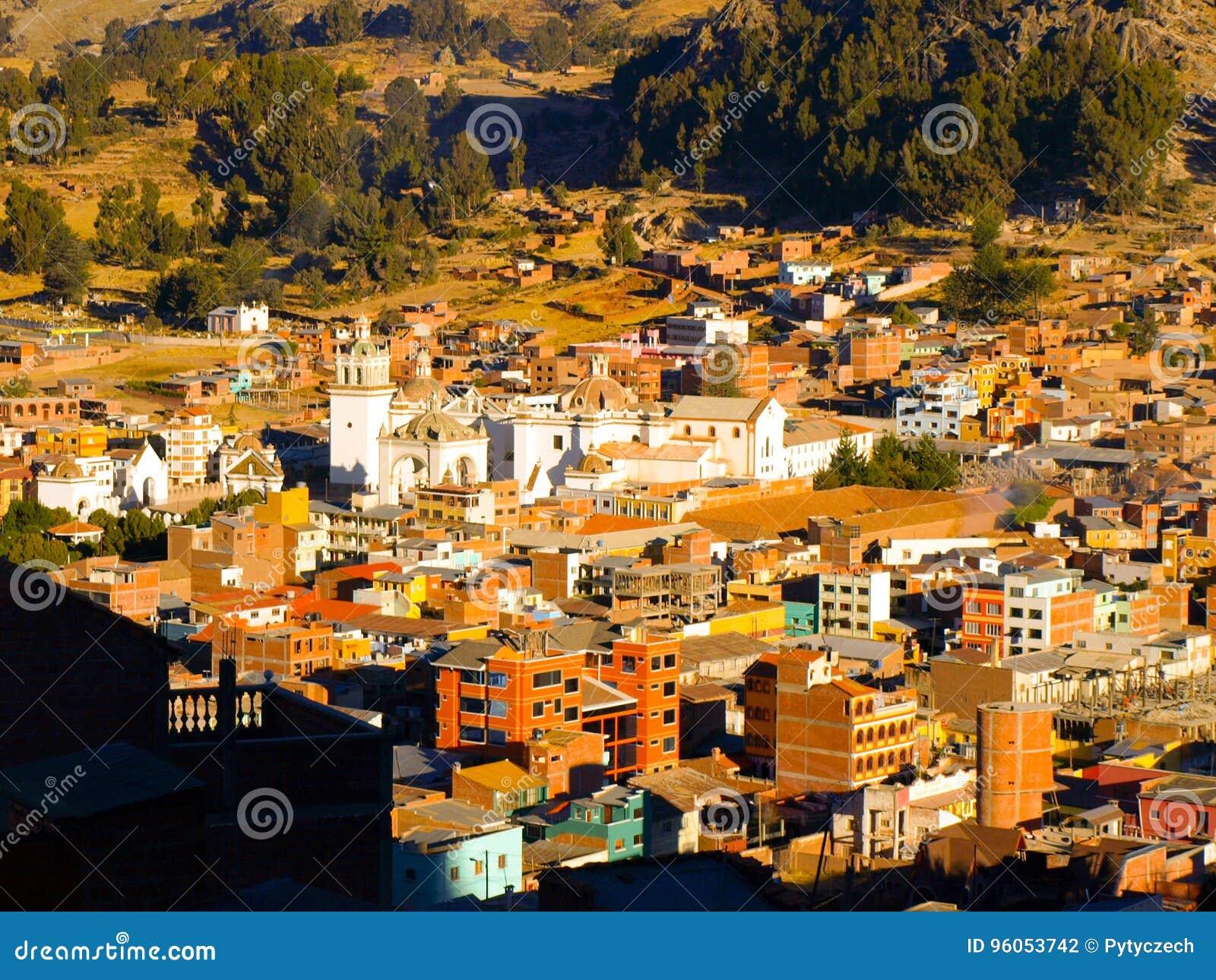 Vue d Arial de ville de Copacabana avec la basilique blanche de notre Madame de Copacabana, Bolivie, Amérique latine