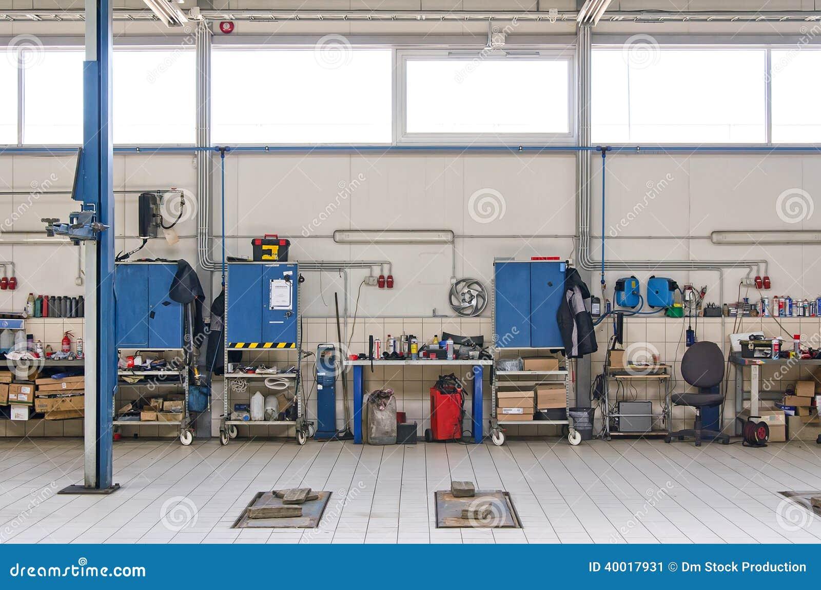 Vue d 39 atelier de r parations d 39 automobile photo stock for Gestion garage automobile