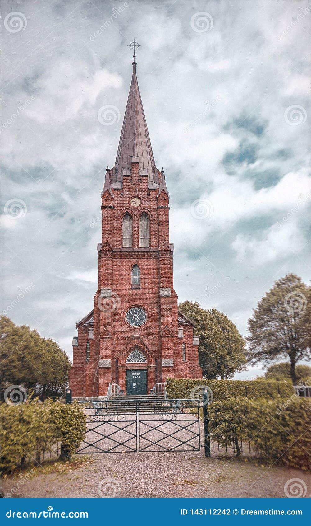 Vue d automne d église scandinave un jour nuageux situé dans la Suède