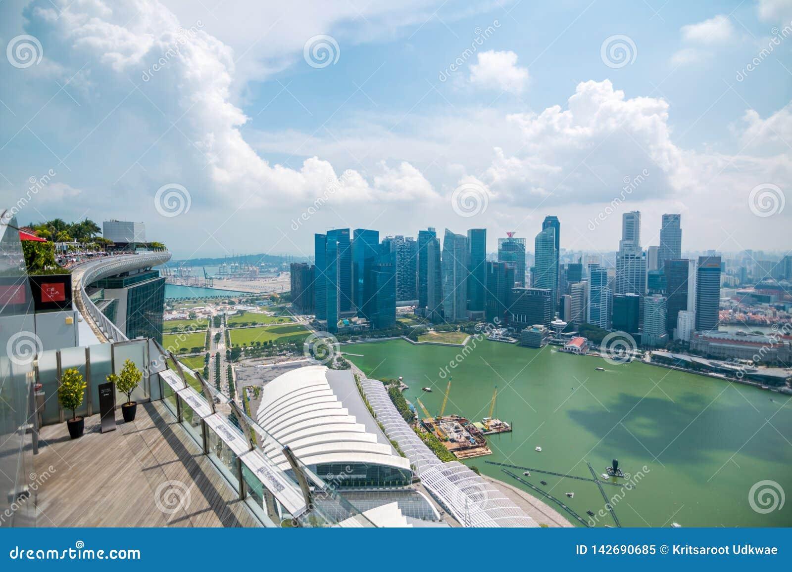 Vue d horizon central de district des affaires de plate-forme d observation de parc de ciel chez Marina Bay Sands Hotel