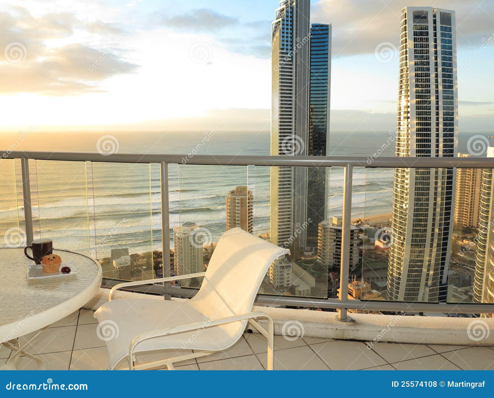 Vue d océan de balcon au lever de soleil