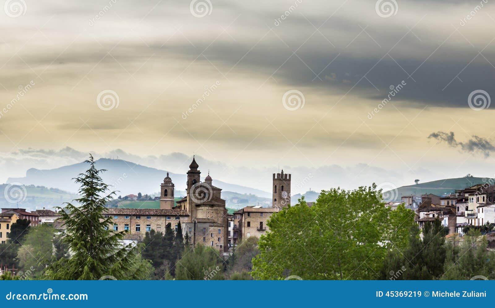 Vue d un village médiéval de l Italie