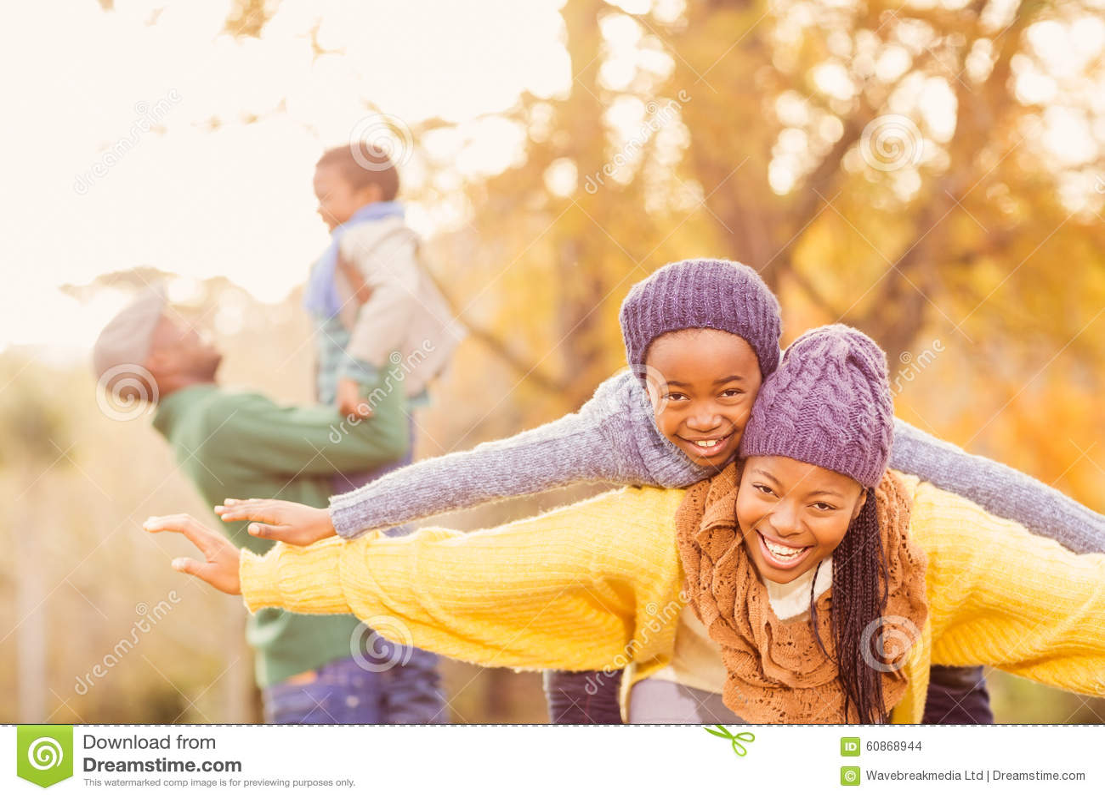 Vue d une jeune famille heureuse