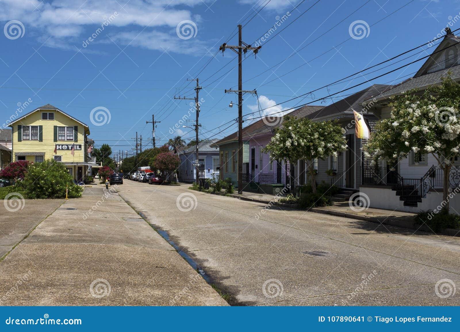 Vue d une rue avec les maisons colorées dans le voisinage de Marigny dans la ville de la Nouvelle-Orléans, Louisiane