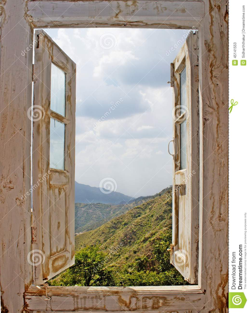 Vue d 39 une vieille fen tre blanche photo stock image for Fenetre blanche