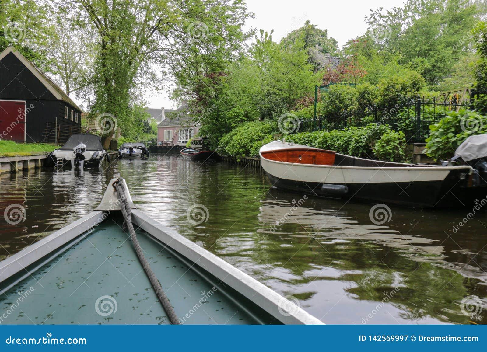 Vue de bateau de canal rural de ville de la Hollande-Septentrionale et d autres bateaux