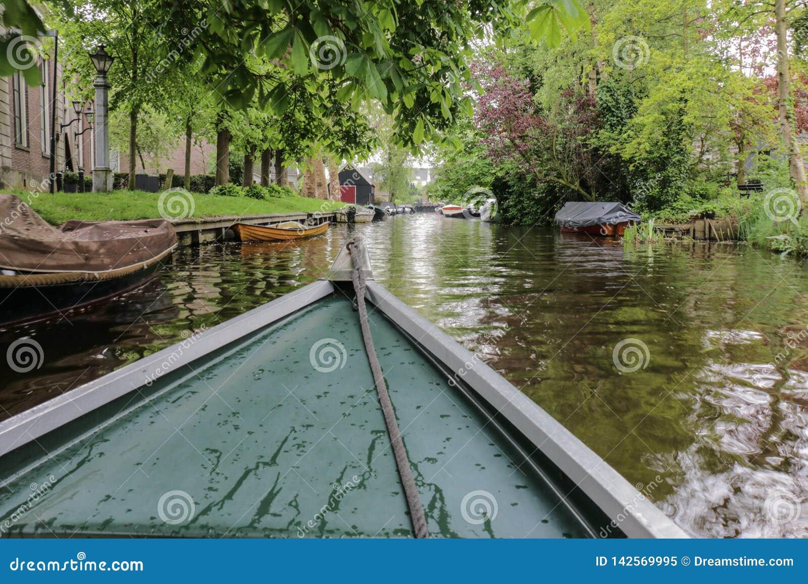 Vue de bateau dans le canal rural de ville en Hollande-Septentrionale