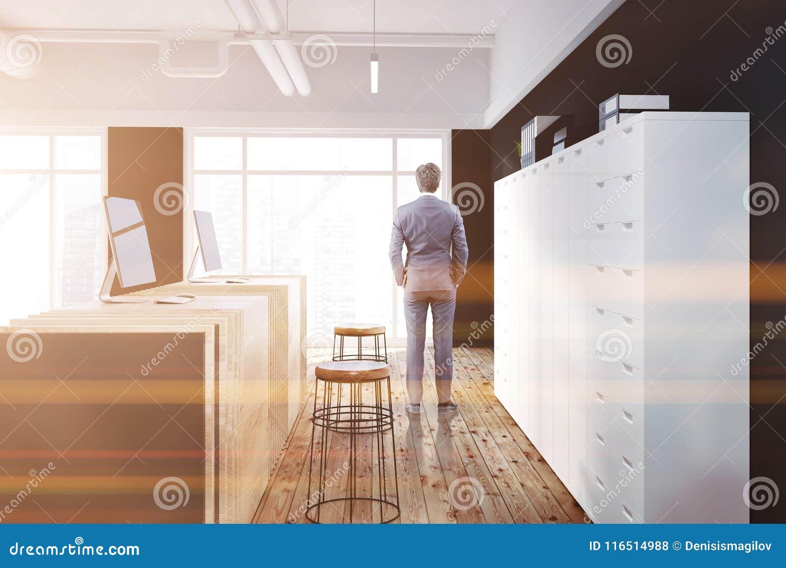 Vue de côté de bureau de table en bois noire de réception homme