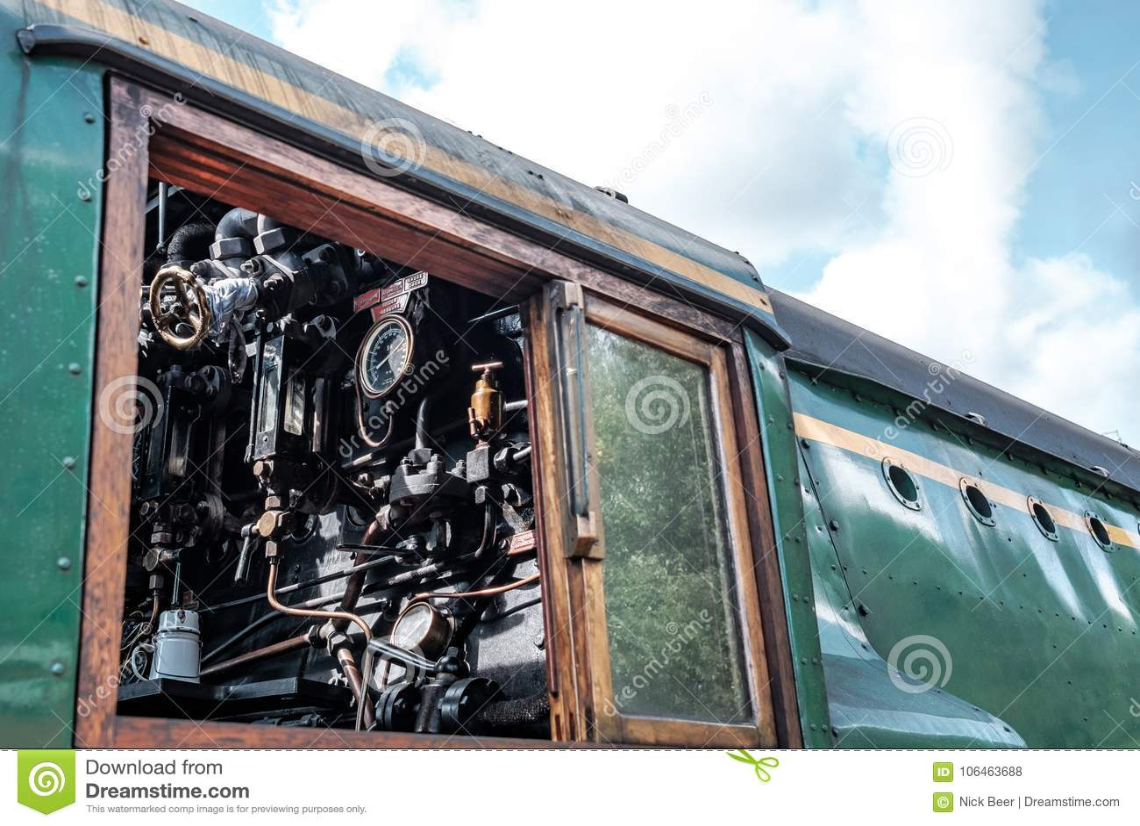 Vue de côté d une locomotive à vapeur britannique célèbre, montrant le détail de la cabine d entraînement, avec ses mesures et ca