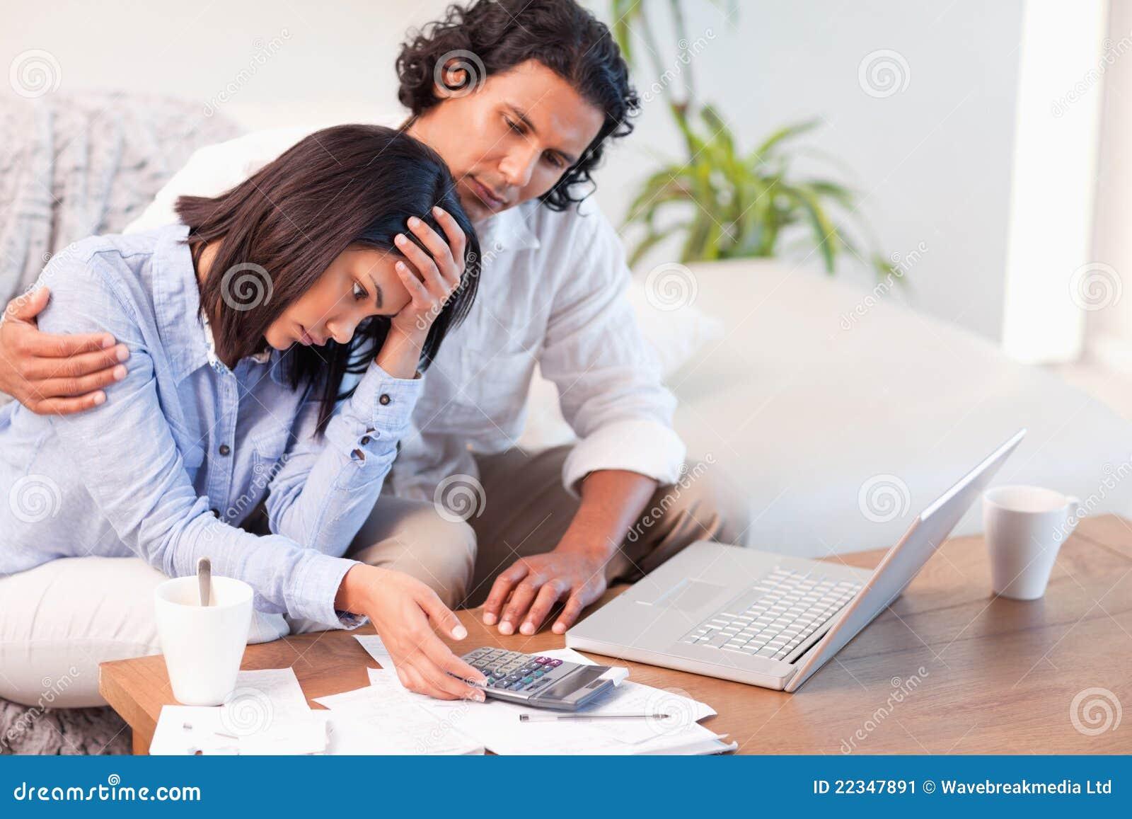 Vue de côté des couples ayant une difficulté payer leurs factures