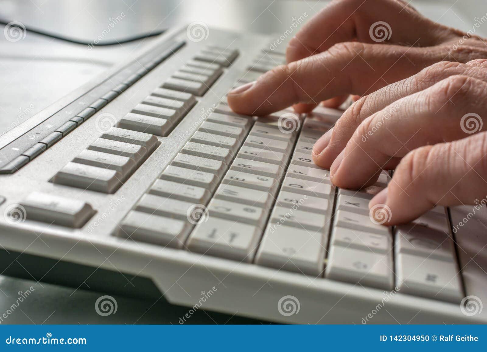 Vue de côté des doigts dactylographiant sur un clavier d ordinateur