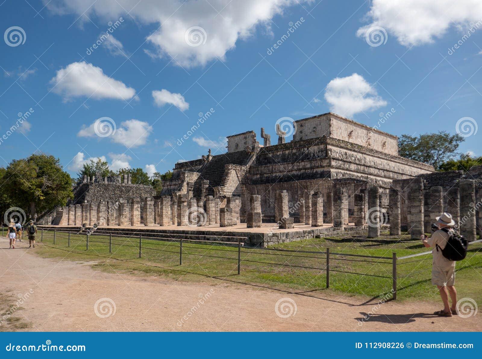 Vue de côté du temple des guerriers aux ruines maya de Chichen Itza au Mexique
