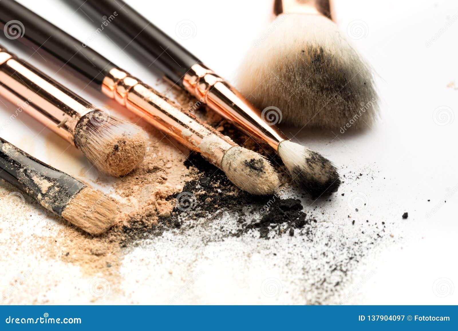Vue de côté en gros plan de brosse professionnelle de maquillage avec le poil naturel et d olive noire avec le fard à paupières b