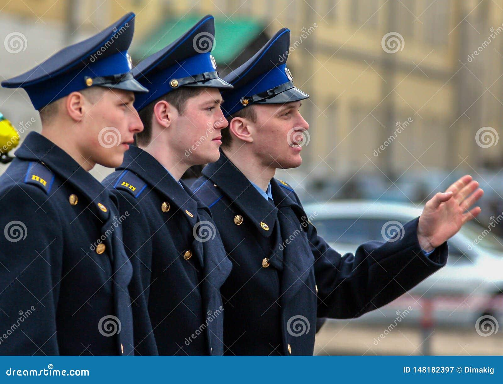 Vue de c?t? de jeunes hommes attirants tirant sur la rue Cadets marchant autour de Moscou