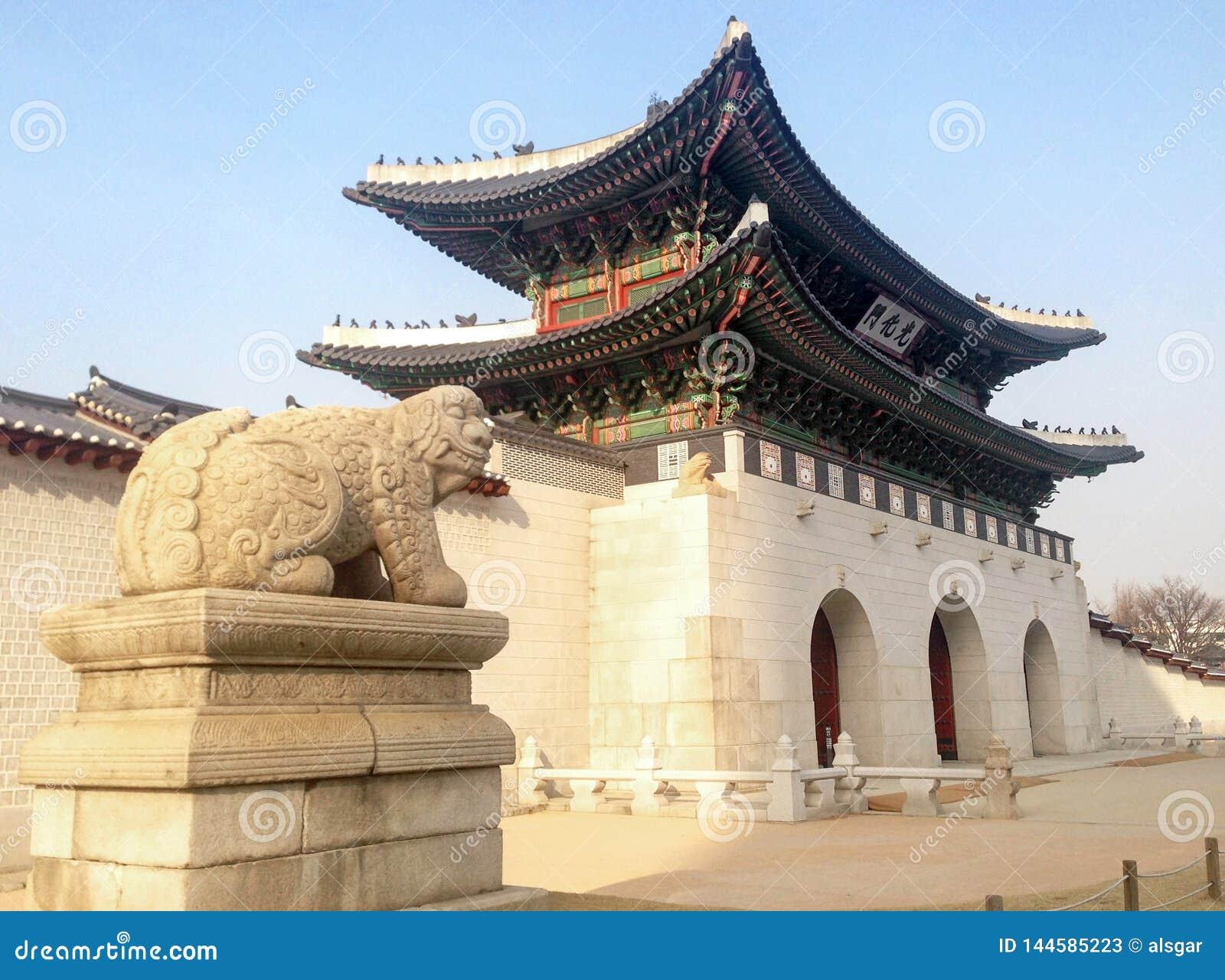 Vue de côté de porte de Gwanghwamun