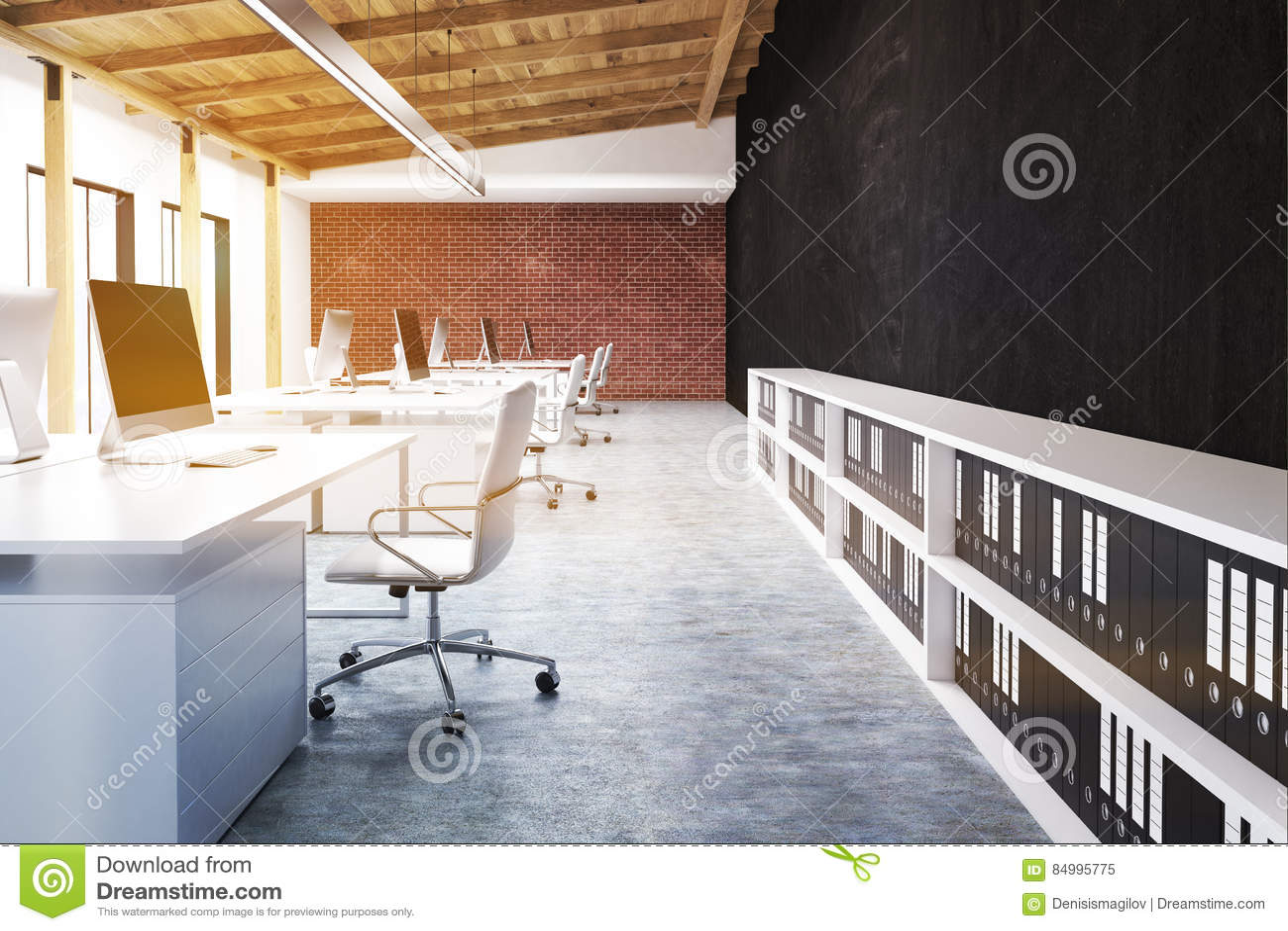 Vue de côté d un bureau avec un mur noir modifiée la tonalité
