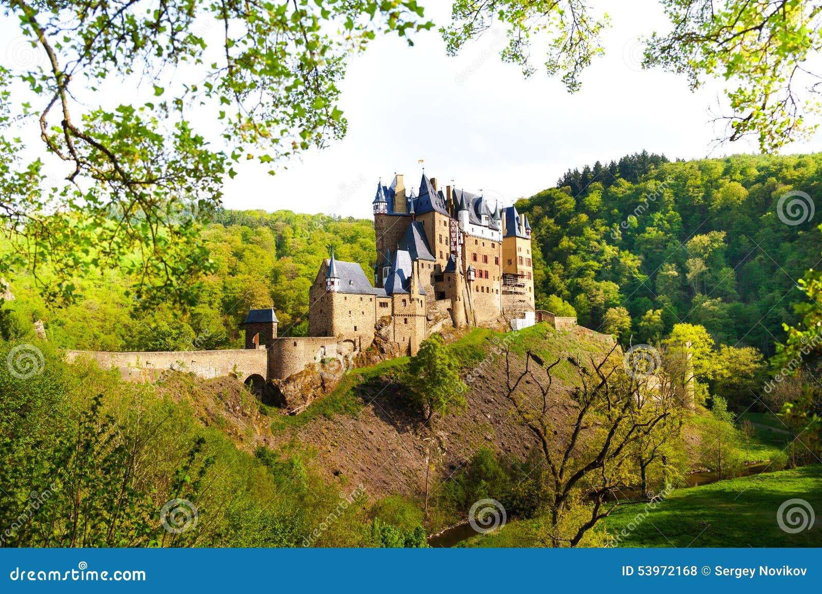 Vue de côté de château d Eltz de la forêt