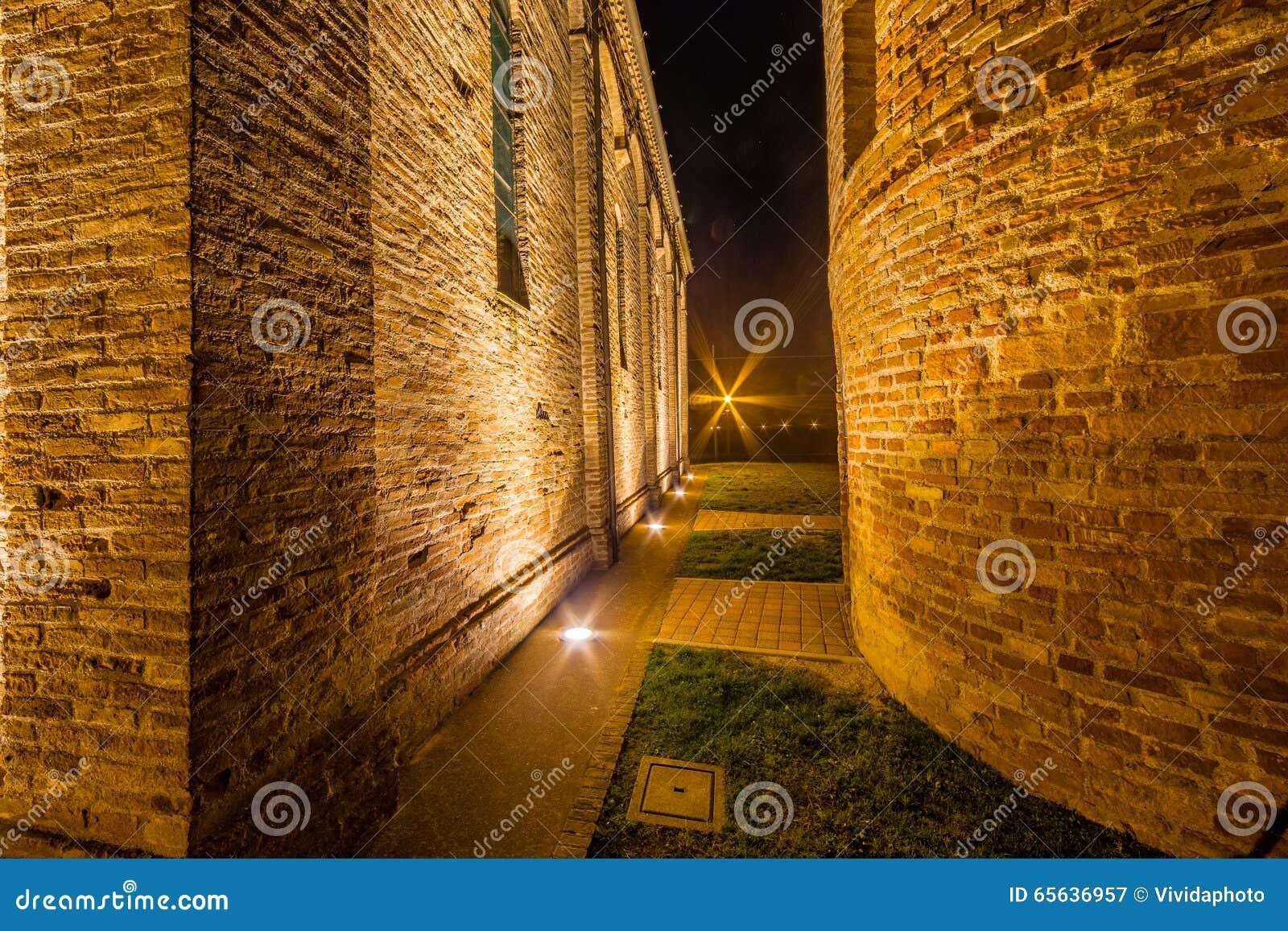 Vue de côté de nuit d église paroissiale antique