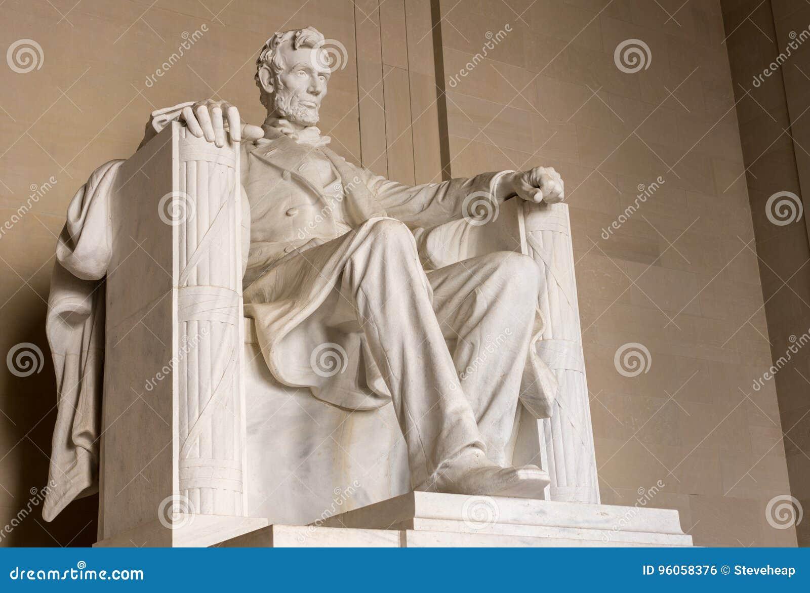 Vue de côté de statue du Président Lincoln