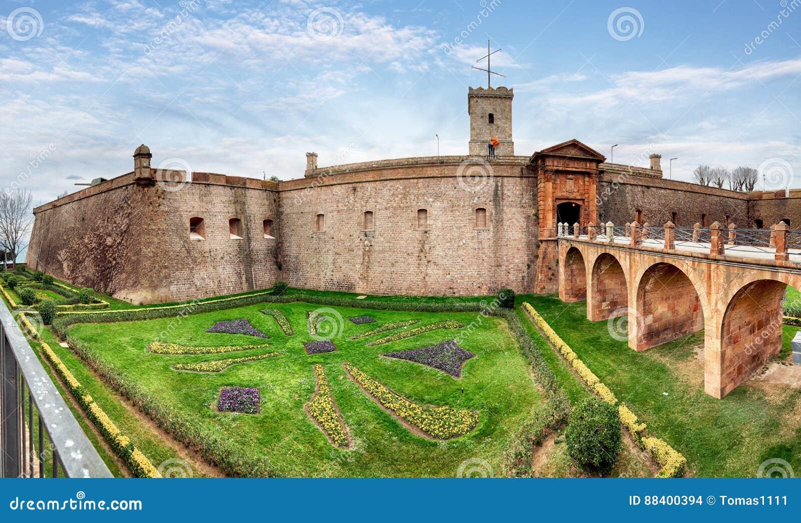 Vue de Castillo de Montjuic sur la montagne Montjuic à Barcelone,