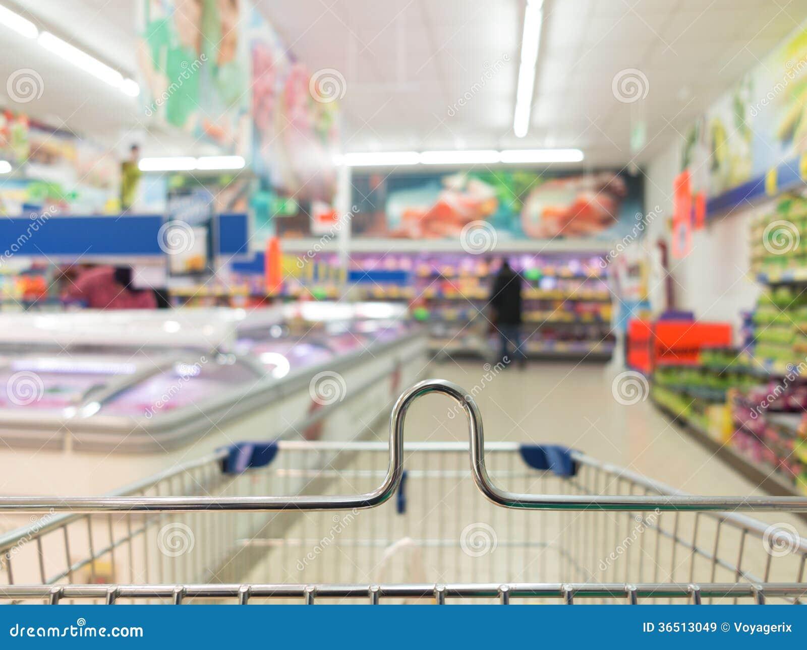 Vue de chariot à caddie à la boutique de supermarché. Vente au détail.