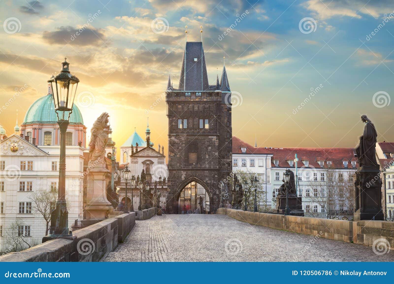 Vue de Charles Bridge à Prague pendant le coucher du soleil, République Tchèque Le point de repère de renommée mondiale de Prague