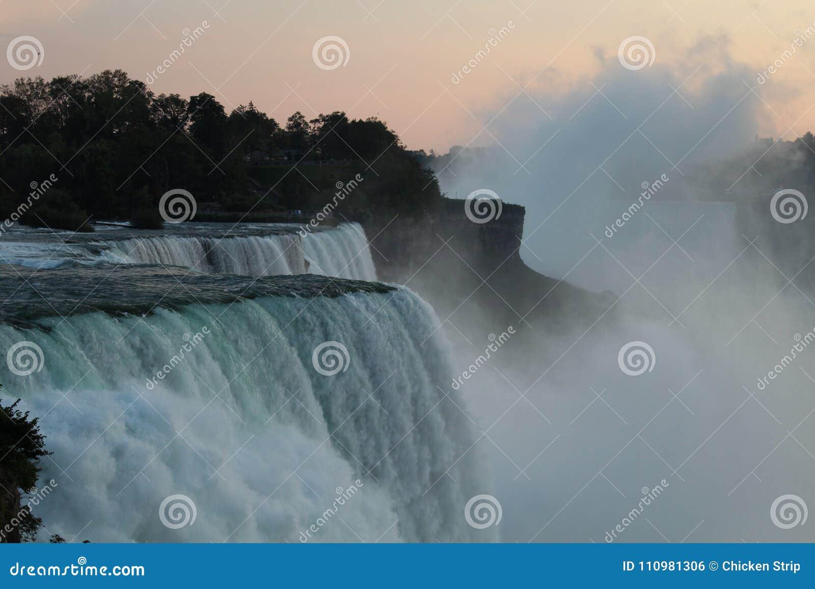 Vue de chutes du Niagara des Etats-Unis