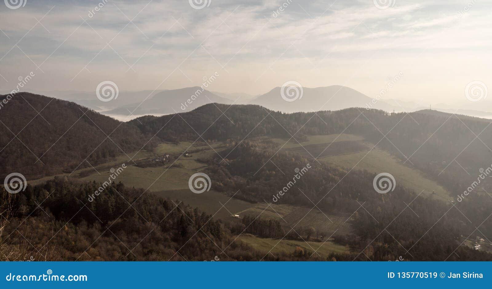 Vue de colline de Klapy en montagnes de Javorniky d automne en Slovaquie