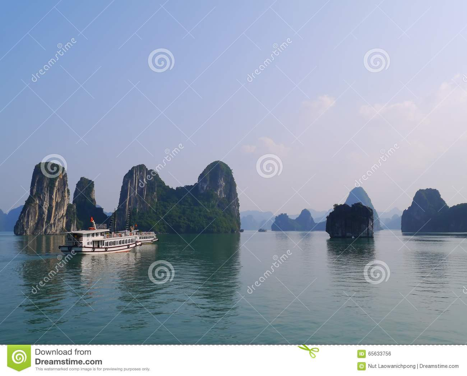 Vue de coucher du soleil à la baie de Halong, Vietnam