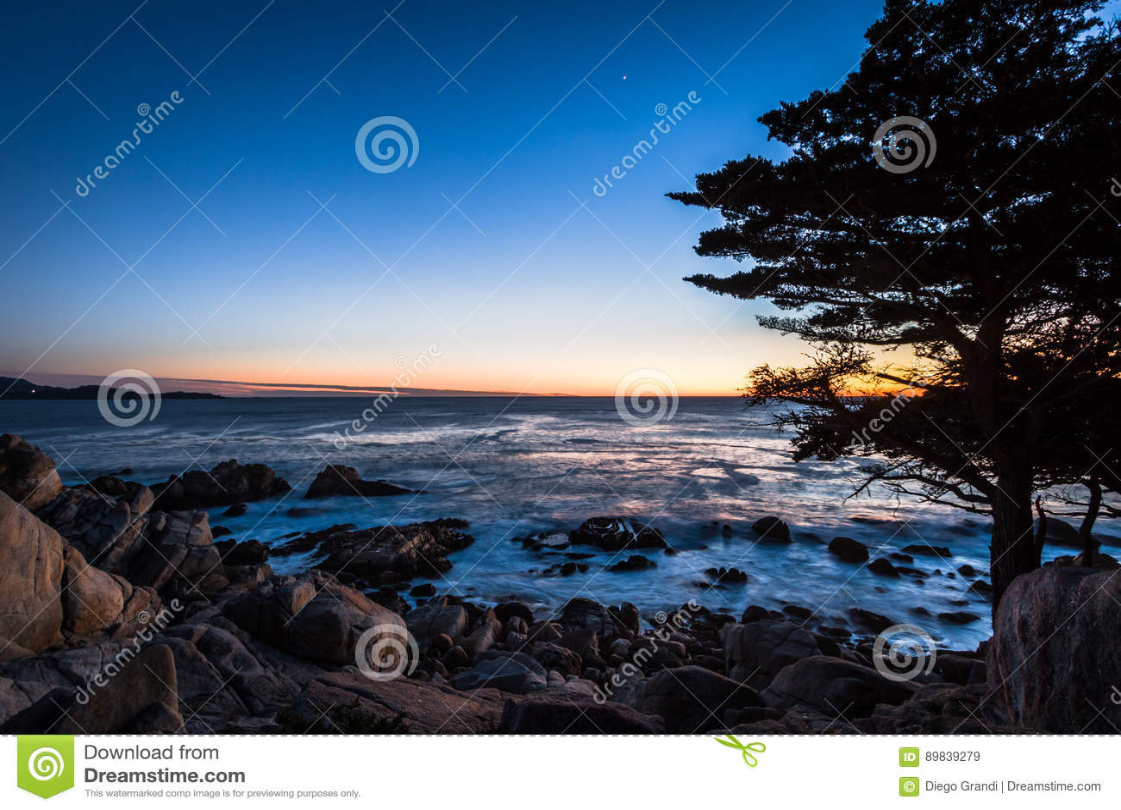Vue de coucher du soleil de point de Pescadero à le long de la commande célèbre de 17 milles - Monterey, la Californie, Etats-Uni