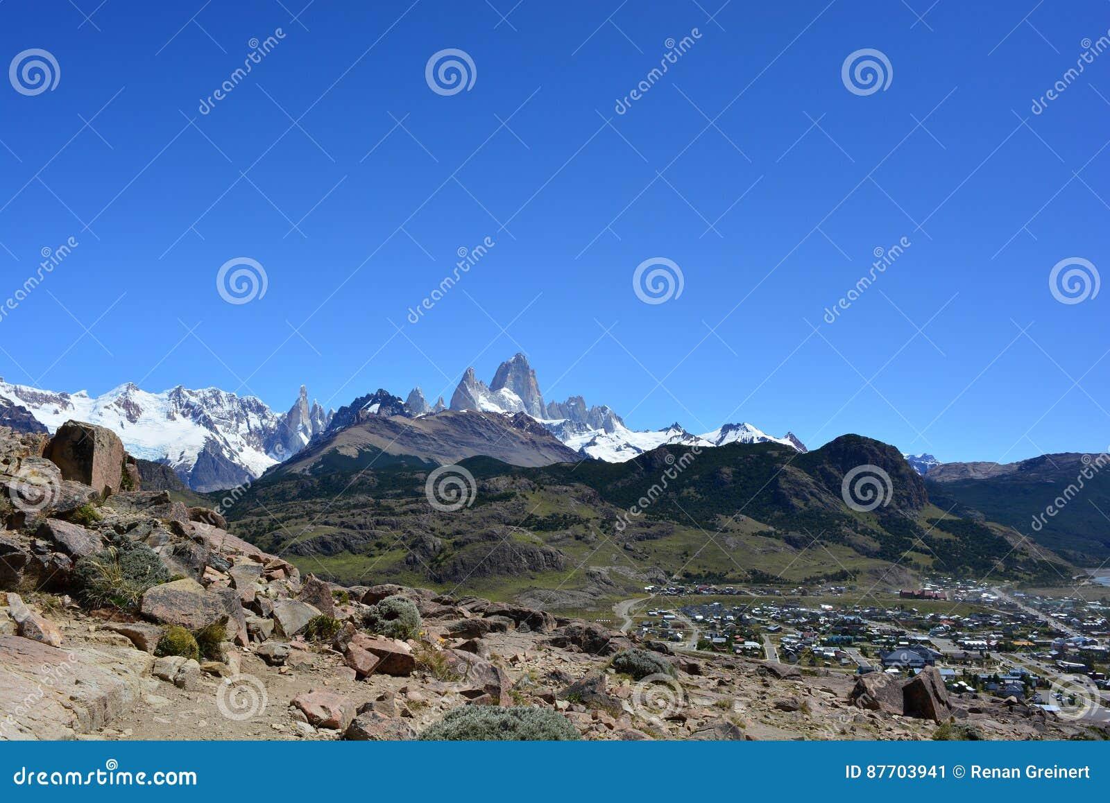 Vue de crête de Fitz Roy de la ville de l EL Chaltén, en parc national de visibilité directe Glaciares, l Argentine