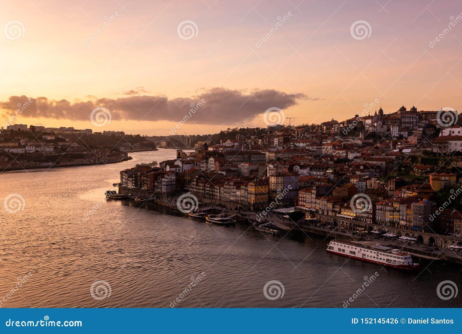 Vue de d Pont de Luis à la ville de Porto et vers la rivière de Douro au coucher du soleil