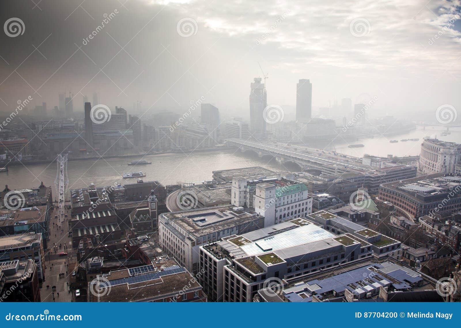 Vue de dessus de toit au-dessus de Londres un jour brumeux de St Paul et de x27 ; cathédrale de s