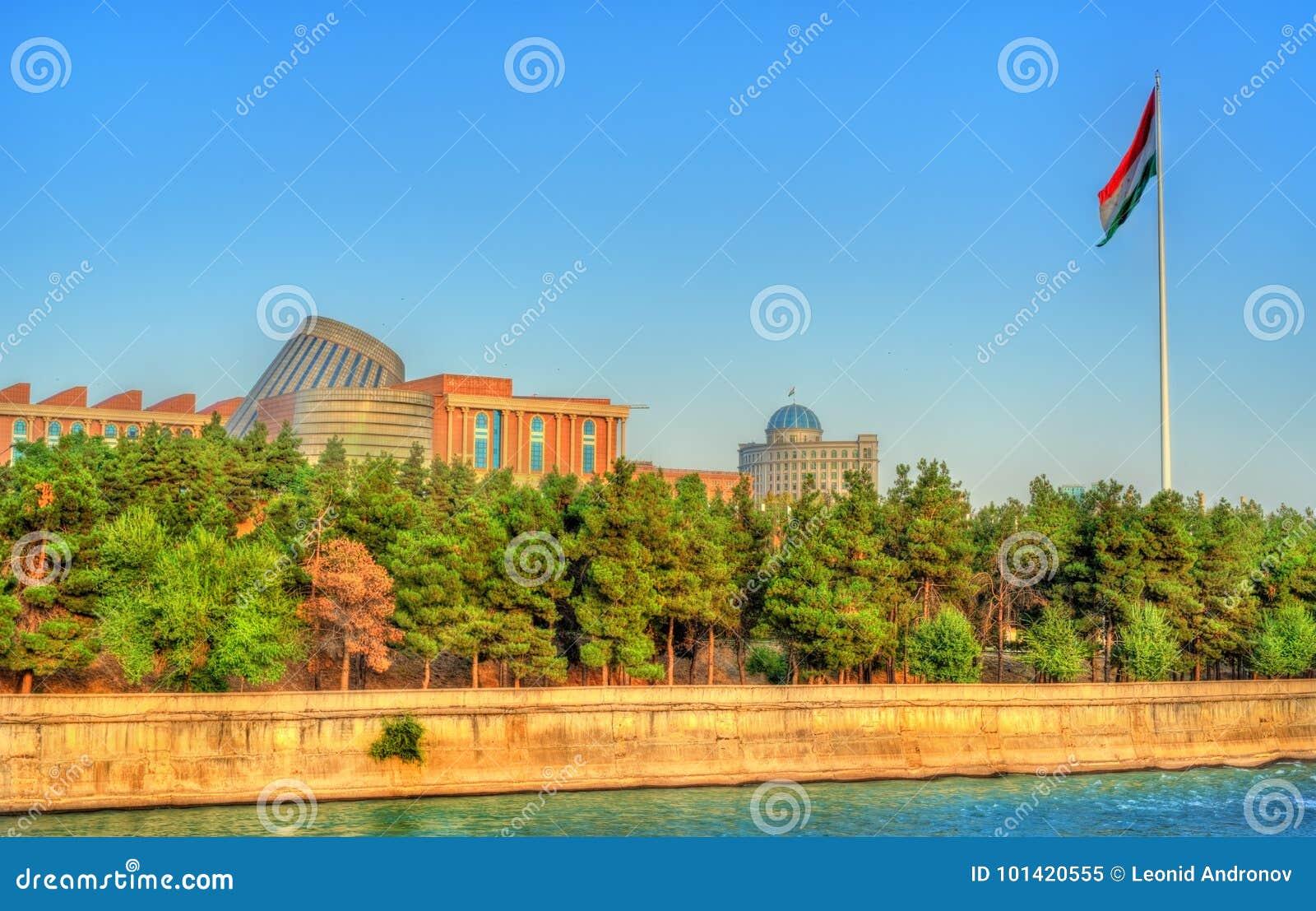 Vue de Dushanbe avec la rivière de Varzob et le mât de drapeau Le Tadjikistan, l Asie centrale